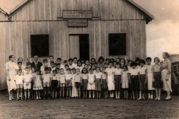 Estudantes e membros da Escola Evangélica Assembléia de Deus, no ano de 1956,  entravam para a história de Dourados. - Crédito: Foto: Arquivo