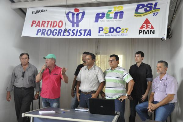 Wanderley Carneiro discursa acompanhado por lideranças do PP, PSDC, PTN, PSL e PMN: grupo disputará a Prefeitura de Dourados. - Crédito: Foto: Hedio Fazan