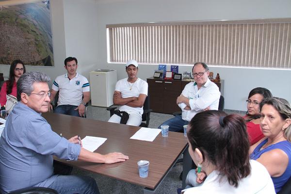 Prefeito Hashioka recepcionou os novos médicos na quinta-feira - Crédito: Foto: Thiago Odeque
