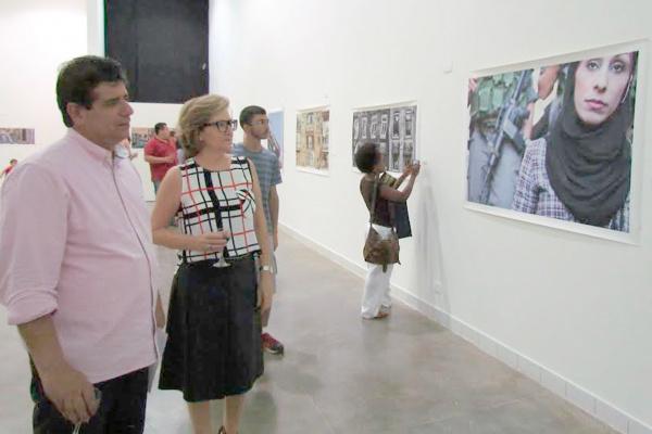 Secretário Athayde Nery e diretora do Marco, Maysa Barros, observam trabalho de Geraldo Melo na 4ª Temporada de Exposições. - Crédito: Foto: Elvio Lopes