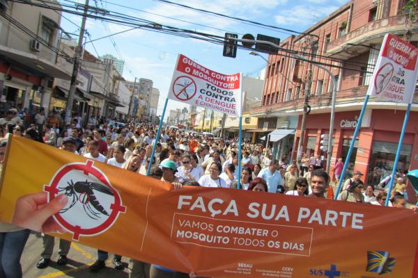 Agentes de saúde e voluntários  mobilizam população, durante caminhada contra a dengue no centro da Capital na manhã de ontem. - Crédito: Foto: Elvio Lopes