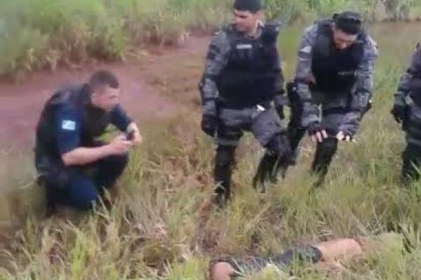 Corpo de jovem foi desovado na Perimetral Norte, entre a Avenida Guaicurus e a BR-463, nas imediações do antigo Praia Clube. - Crédito: Foto: Divulgação/3º BPM