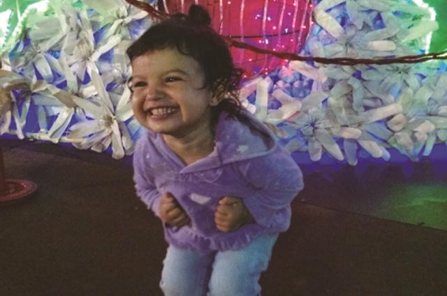 """Garotinha Cintia Sanabria, que ganhou uma Smart TV da campanha """"Dourados Brilha' depois que a foto dela  recebeu 635 curtidas com o título: """"A alegria de uma criança junto com o clima de Natal"""" - Crédito: Foto: Divulgação"""