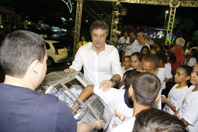 Murilo acompanhou o sorteio realizado na Praça Antônio João. - Crédito: Foto: Chico Leite