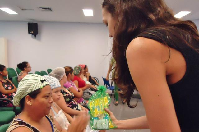 Mães recebem a primeira entrega dos kits de higiene. - Crédito: Foto: Divulgação