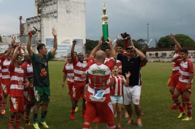 Momento em que plantel comemorava o título na Leda. - Crédito: Foto: Dourados Esportivo