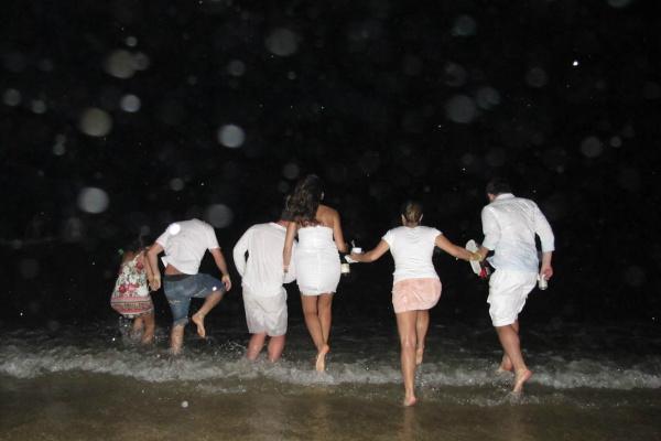 Outra tradição é pular as sete ondas, uma das formas de homenagear Iemanjá , a rainha do mar para os brasileiros. - Crédito: Foto: Divulgação