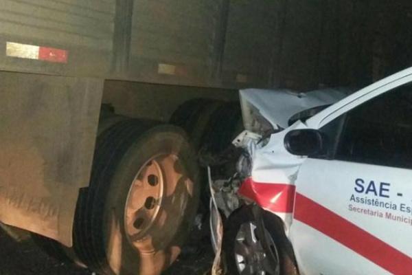 Imagem mostra o carro da Prefeitura e um dos caminhões. - Crédito: Foto: Interativo MS