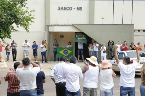 Manifestantes fizeram abraço coletivo no Gaeco em apoio ao promotor Marcos Alex. - Crédito: Foto: Gerson Walber/Campo Grande News