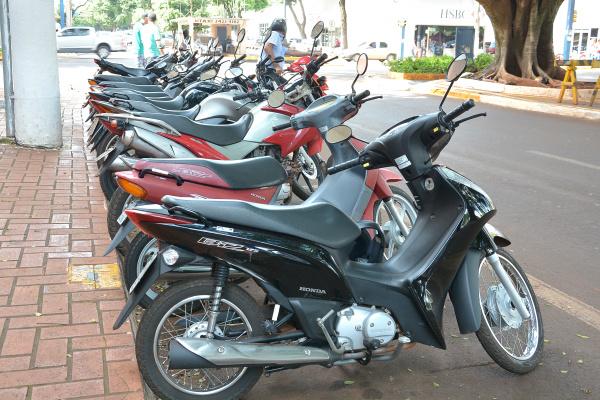 Parquímetro vai acabar com o amontoado de motos na região central de Dourados. - Crédito: Foto: Marcos Ribeiro