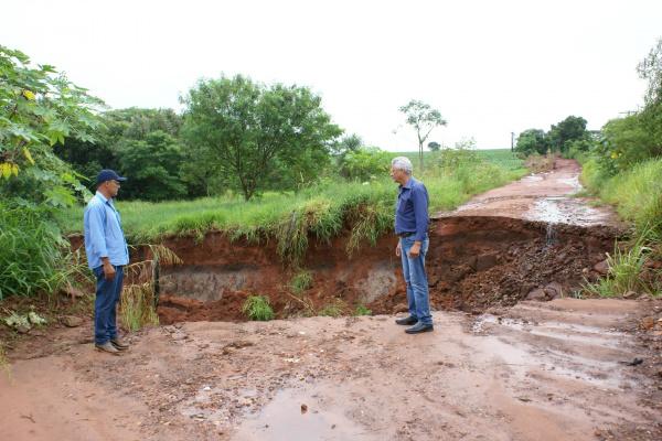 Prefeito Mário Valério e secretário  Odenilson observam cratera provocada pela chuva, que bloqueou o acesso à região do Boi Jaguá. - Crédito: Foto: Dilermano Alves