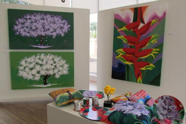 Exposição de telas com temáticas nas flores do ipê e outras espécies e objetos de decoração e utilidade de Isaac de Oliveira no Espaço Energisa. - Crédito: Foto: Elvio Lopes