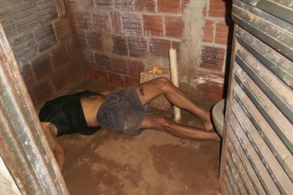 Corpo encontrado no banheiro da residência é do homem de 53 anos que teria sido morto a pauladas. - Crédito: Foto: Cido Costa/Dourados Agora