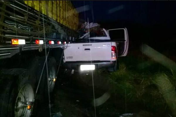 Caminhoneta que a vítima dirigia bateu na lateral de caminhão. - Crédito: Foto: Radio Caçula