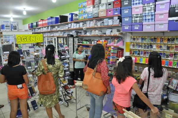 Mesmo com o aumento nos preços dos materiais, o movimento nas papelarias já é constante. - Crédito: Foto: Hedio Fazan