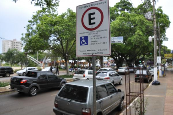 Estacionar em vaga para deficientes ou idosos passa a ser considerada infração grave. - Crédito: Foto: Hedio Fazan