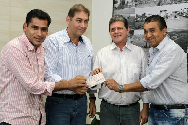 Vereadores Betinho e Ayrton de Araújo acompanharam entrega do cheque ao prefeito Alcides Bernal. - Crédito: Foto: Divulgação