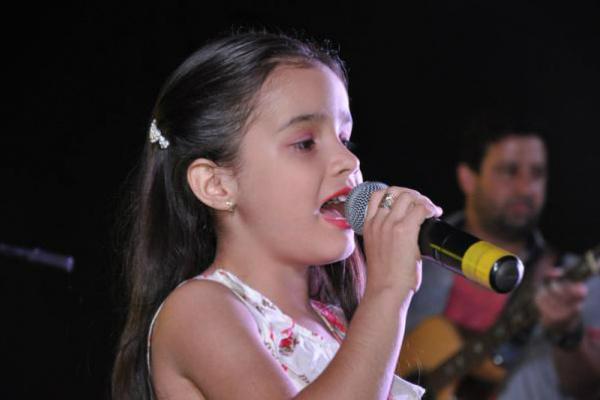 Cantora Louise Camargo, de 10 anos, tem uma boa estrada na música sertaneja. - Crédito: Foto: Divulgação