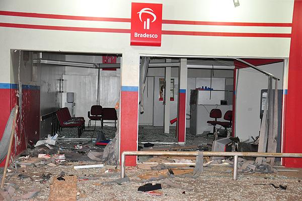 Destruição da agência foi total; bandidos fugiram tranquilamente. - Crédito: Foto: Alcinopolis.com