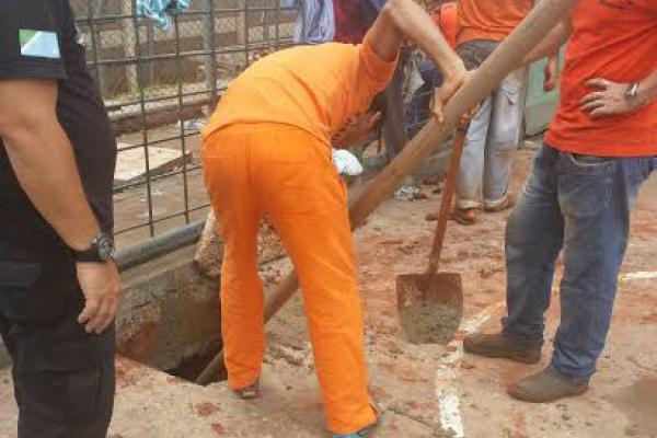 Agentes penitenciários localizaram no início da manhã de ontem uma escavação que seria o princípio de túnel. - Crédito: Foto: Divulgação/Agepen