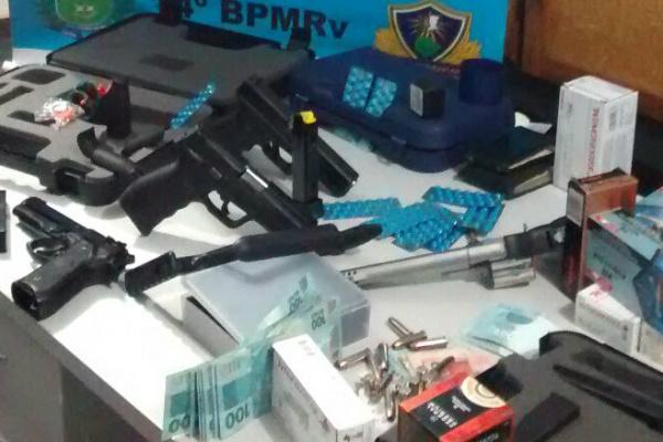 Pelo menos 4 pistolas calibre 9 milímetros foram encontradas com dois ocupantes de um caminhão na MS-164 em Ponta Porã. - Crédito: Foto: Divulgação/PMRV