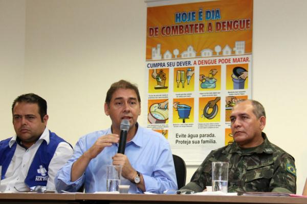 Bernal, entre secretário Ivandro Corrêa e coronel Edson Galvão durante apresentação de dados. - Crédito: Foto: Divulgação