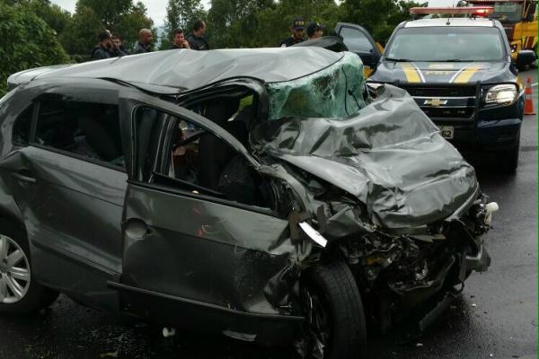 Carro de passeio que se envolveu no acidente tinha 3 pessoas que morreram após colisão. Menina de 15 anos morreu a caminho do hospital. - Crédito: Foto: Divulgação/PRF