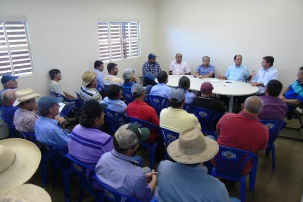Reunião dos produtores contou com a presença da assessoria do deputado Barbosinha e com o deputado Zé Teixeira. - Crédito: Foto: Divulgação