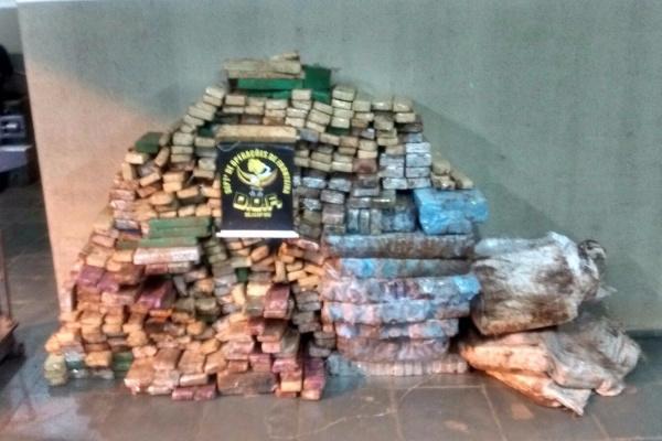 Droga estava dentro de um Doblô com registro de furto; pesada, a droga totalizou quase 600 quilos. - Crédito: Foto: Divulgação/DOF