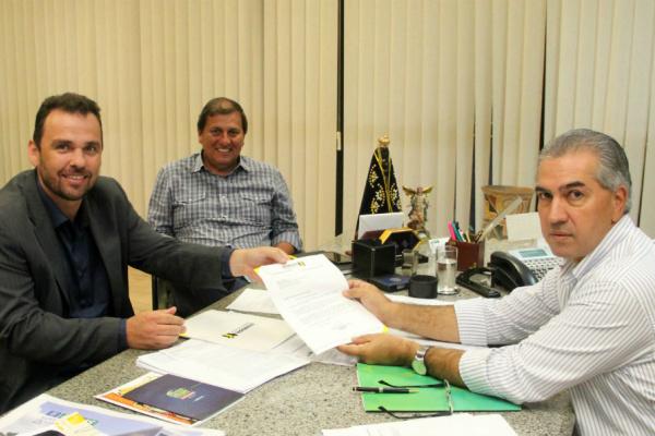 Presidente da Assomasul Juvenal Neto, acompanhado por secretário, entregou ofício para o governador Reinaldo Azambuja. - Crédito: Foto: Divulgação