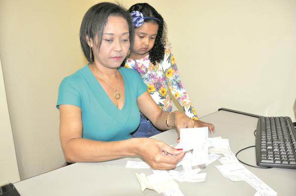 Luciene Cândido e a filha Gabriella mostram recibos de pagamentos feitos durante 2015. - Crédito: Foto: Divulgação