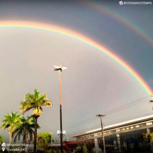 Arco-íris duplo registrado em Dourados na terça-feira requer condições do clima para ocorrer. - Crédito: Foto: Alexandre Felipe