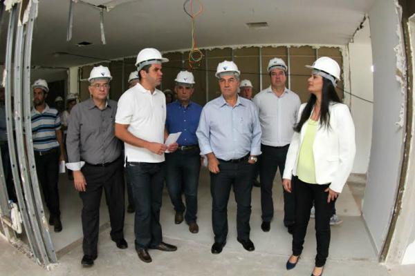 Reinaldo e equipe em vistoria às obras do novo prédio do HC. - Crédito: Foto: Chico Ribeiro