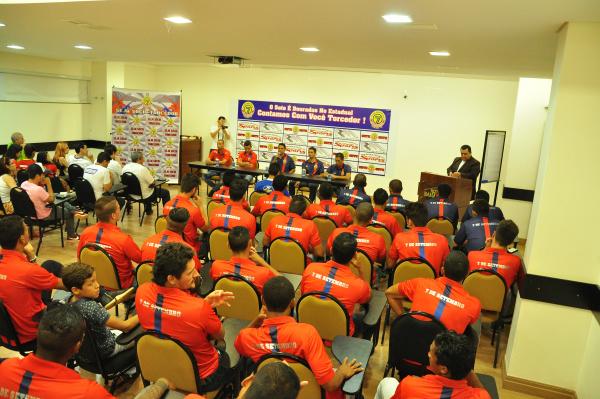 Apresentação do elenco foi feita após coletiva de imprensa com a diretoria da equipe douradense. - Crédito: Foto: Luiz Radai