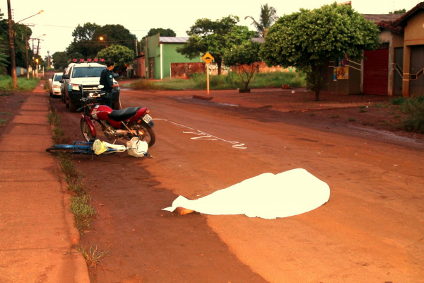 Acionado, o Samu chegou ao local e constatou a morte do ciclista. - Crédito: Foto: Cido Costa/Dourados Agora