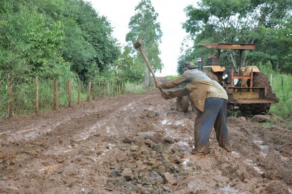 Em Vila Vargas, produtor conhecido como 'Baixinho' tenta por conta própria viabilizar o acesso até a propriedade onde ele trabalha. - Crédito: Foto: Hedio Fazan
