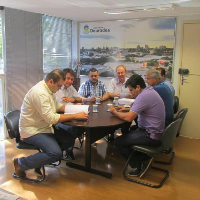 Vereadores de Dourados receberam  lei orçamentária. - Crédito: Foto: Divulgação