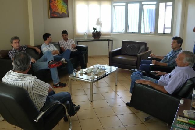 Prefeito Murilo firmou parceria com diretores do Sindicato Rural para reconstruir estradas. - Crédito: Foto: Assecom
