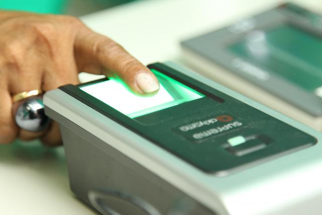 Acoplado à urna eletrônica, o leitor biométrico confirma a identidade de cada cidadão. - Crédito: Foto: Reprodução