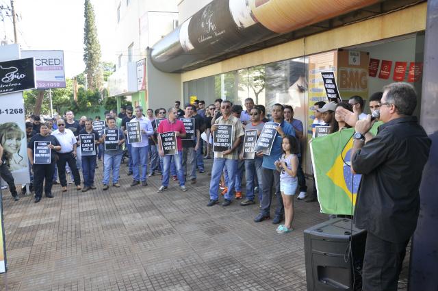 Enquanto o protesto acontecia em Dourados, uma decisão de desembargador determinou a soltura. - Crédito: Foto: Hedio Fazan