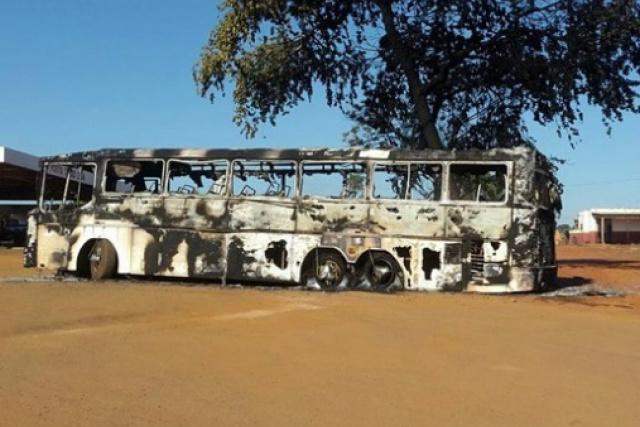 Apesar do incêndio no ônibus, ninguém ficou ferido. Polícia investiga causas do incêndio. - Crédito: Foto: Correio News