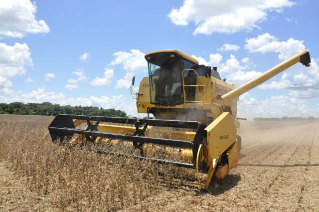 Em Dourados, a colheita da soja está a todo vapor; produtores já querem plantar milho safrinha. - Crédito: Foto: Hedio Fazan