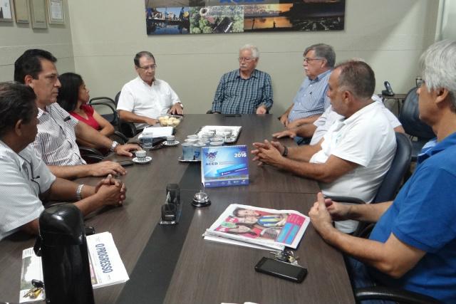 Diretores da Aced reunidos com vice-prefeito, secretário de saúde e coordenadora do CCZ em Dourados. - Crédito: Foto: Assessoria ACED