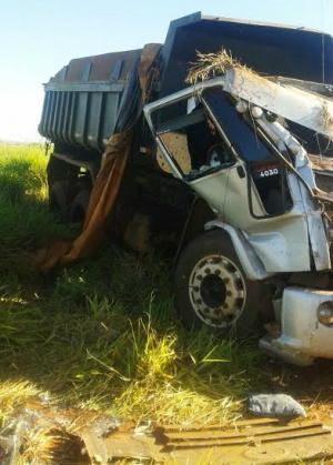 Após capotar o caminhão caçamba parcialmente destruído. - Crédito: Foto: Divulgação
