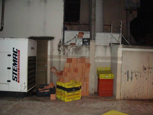 Local por onde o acusado teria pulado o muro para entrar no estabelecimento; ele revirou gavetas e comeu algumas bolachas. - Crédito: Foto: Cido Costa/Dourados Agora
