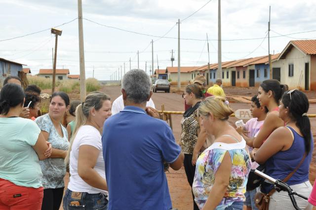 Caso não sejam atendidos pela Caixa, as famílias contempladas ameaçam acampar no local. - Crédito: Foto: Hedio Fazan