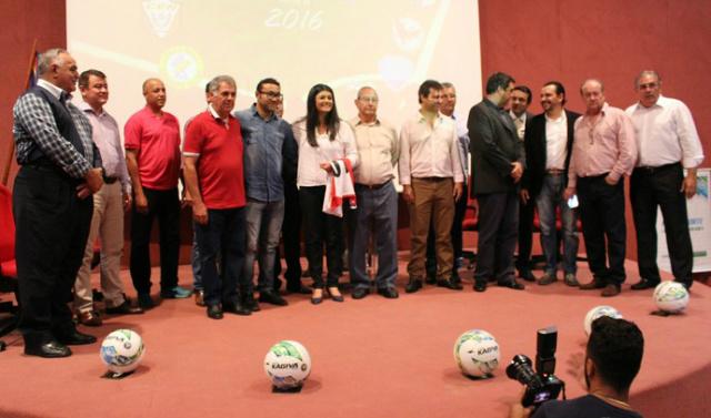 Momento em que os dirigentes dos clubes reuniram para assinatura. - Crédito: Foto: globoesporte.com