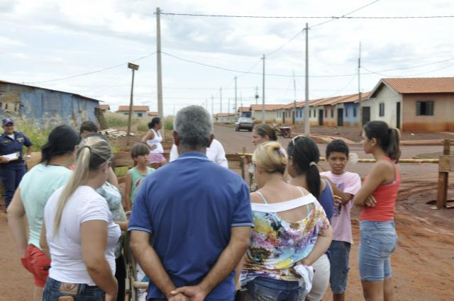 Famílias protestaram anteontem cobrando a entrega das casas. - Crédito: Foto: Hedio Fazan