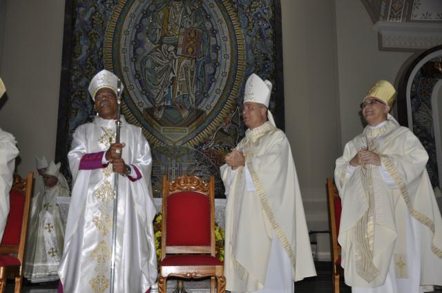 Dom Henrique foi empossado pelo bispo Dom Darci Nicioli, de Aparecida - Crédito: Foto: Hedio Fazan