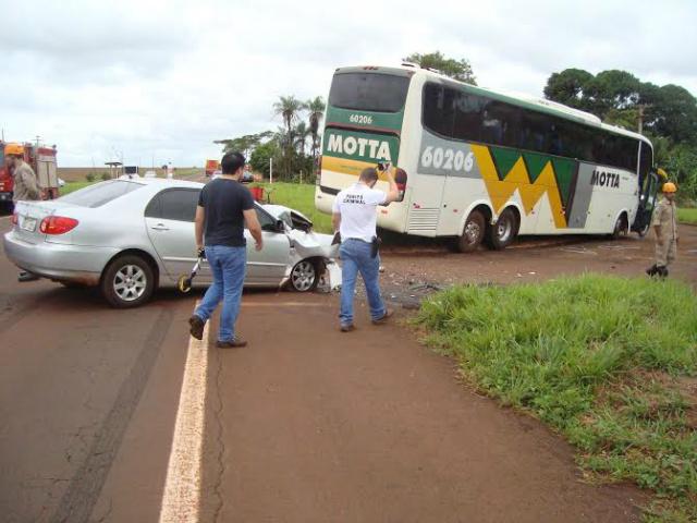 Corolla colidiu em um ônibus que fazia a conversão de acesso ao distrito de Indápolis, via MS-376, região rural de Dourados. - Crédito: Foto: Cido Costa/Dourados Agora